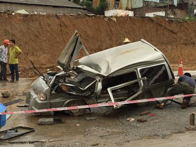 挖机翻车事故-挖掘机侧翻砸中小客车