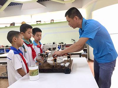 """澄海小学生发明""""冲茶机器人"""""""